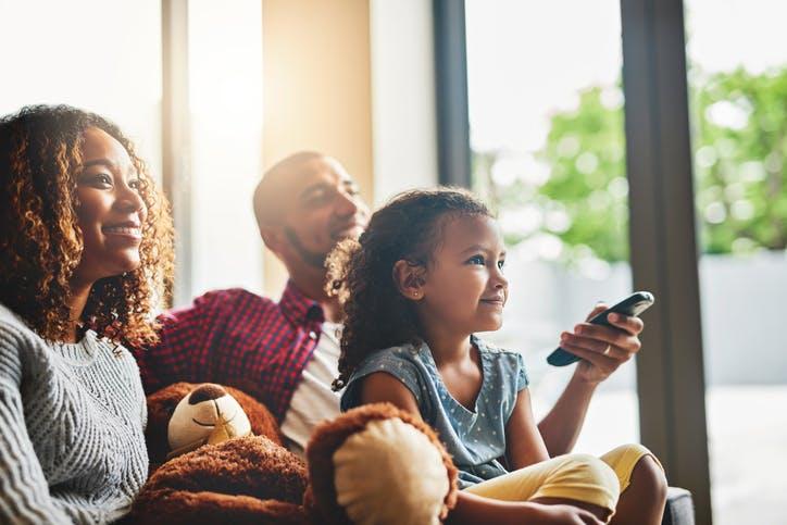 Família assistindo TV