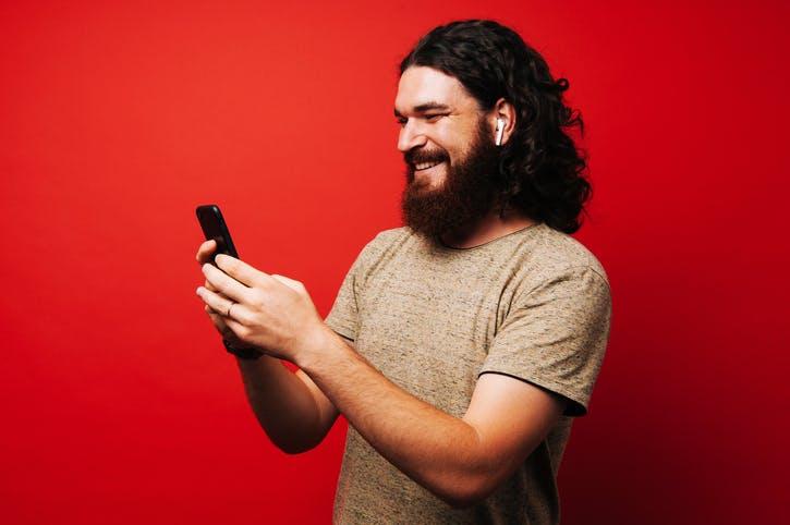 Imagem homem escutando música no celular