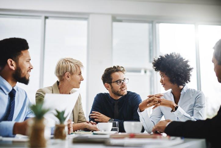 Pessoas conversando em reunião na empresa