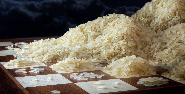 Schachbrett mit Reiskörnern - Zinseszinseffekt - So nutzt du ihn für deine Altersvorsorge