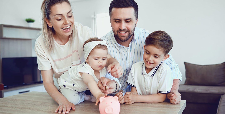 Eine lachende Familie mit Sparschwein - selbst sparen statt Rentenversicherung