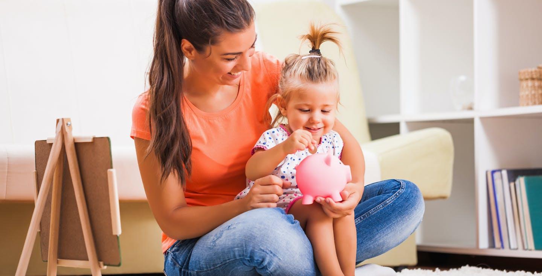 Mutter mit Kind und Sparschwein - Sparen für Kinder - wie spare ich nachhaltig für mein Kind