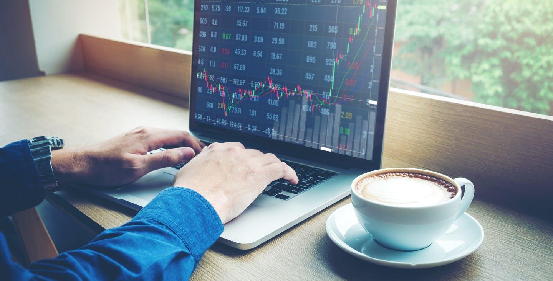 Mann am Laptop, der sich über Börsenkurse informiert - ETF als Altersvorsorge - Sicherheit im Ruhestand