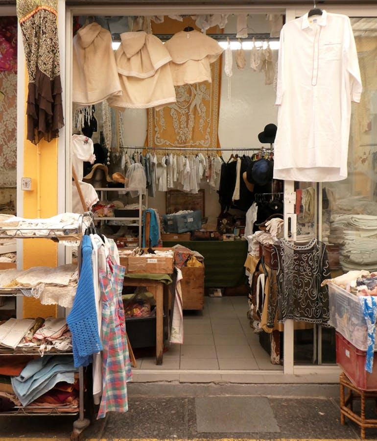 Le Passage_Linge de maison_vêtements anciens_photo Déborah Lalaudière