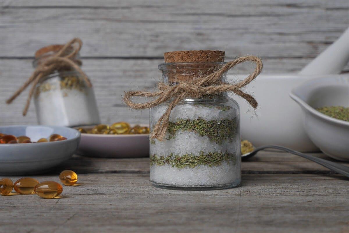 Badesalz selber machen: Mit Meersalz, Kräutern und ätherischen Ölen, Badesalz mit Rosmarin und Vitamin E