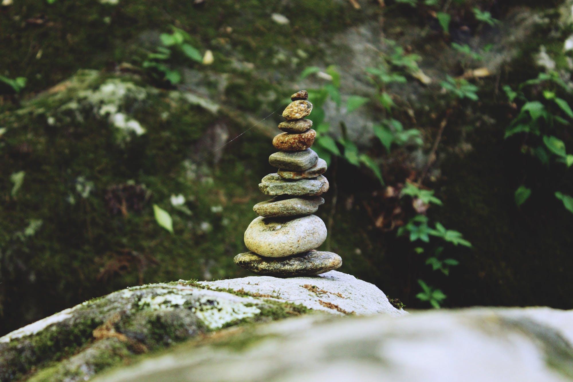 Stress Ausgleich -Steine die aufeinander gestapelt sind