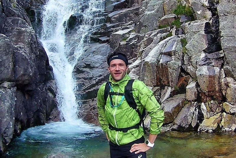 Am Cac Carn Beag beeindruckt neben schroffen Felsen auch ein kleiner Wasserfall.