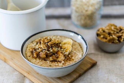 Porridge-Schale mit Nüssen und Bananen