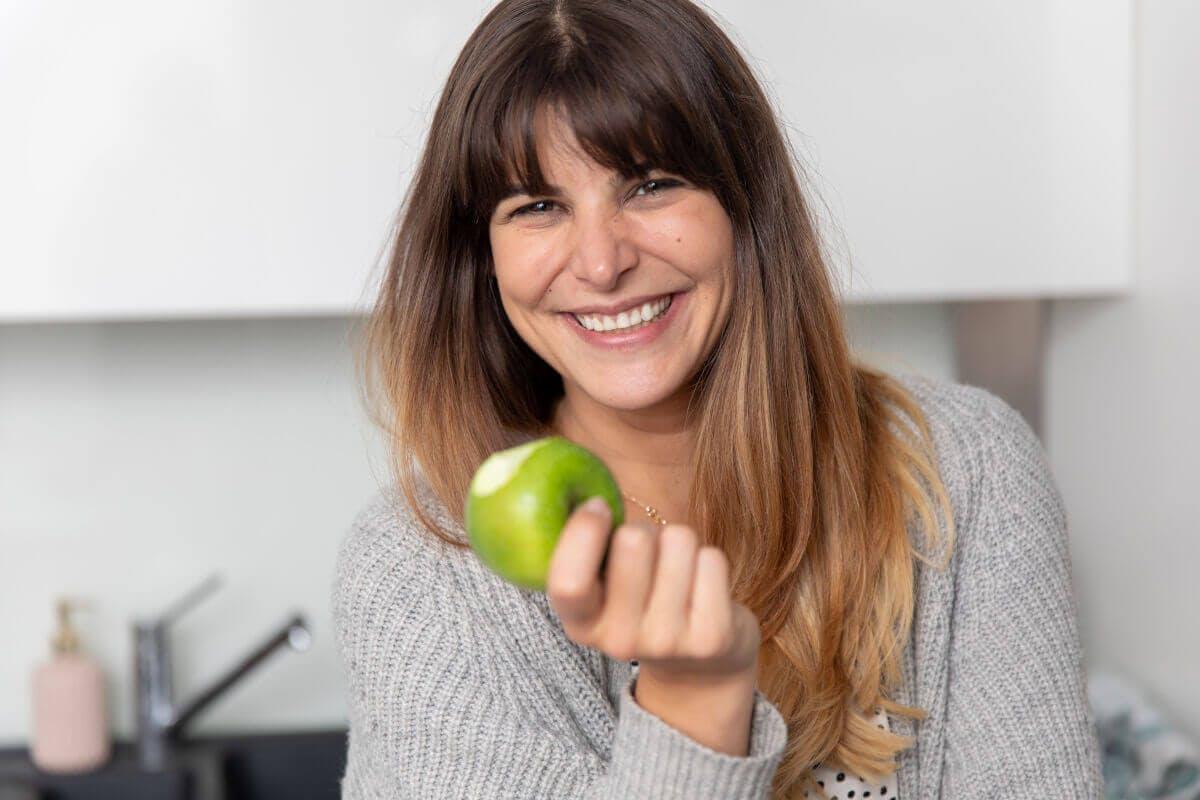 Antioxidantien – Frau isst Apfel