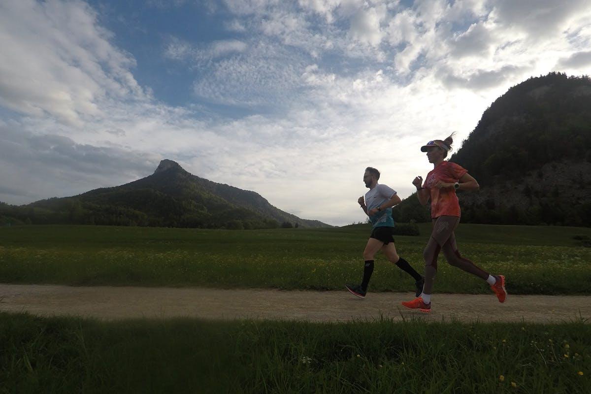 Triathloncamp Tagebuch, zwei Läufer am Morgen