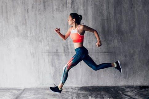 Frau im Runner's High