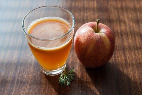 Ein frisch gepresster Apfel-Karotten-Saft regt die Basenbildung im Körper an.