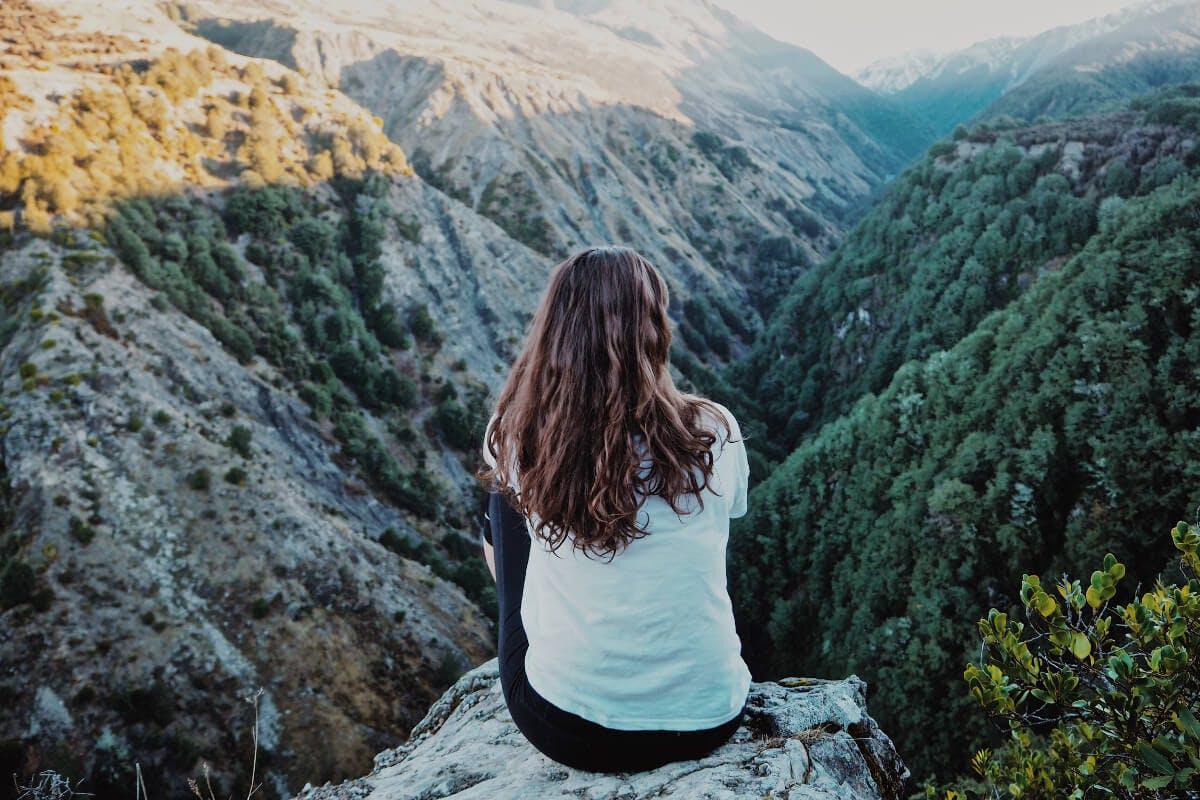 Frau macht eine Pause in den Bergen