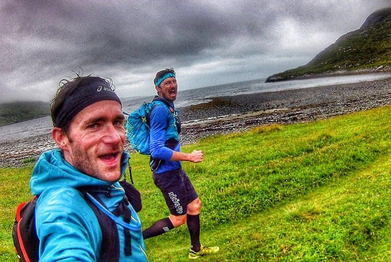 Rutschige Wiesen und schroffe Klippen fordern Trailrunner in Schottland.