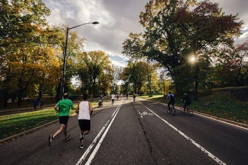 Zwei Läufer im Park