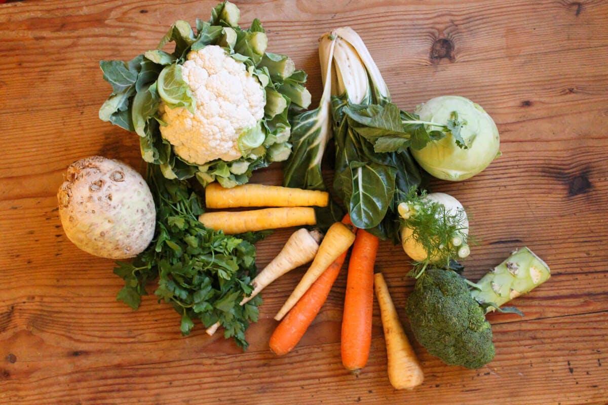 Eine winterliche Suppe mit viel Wurzelgemüse liefert eine große Portion an Vitaminen.