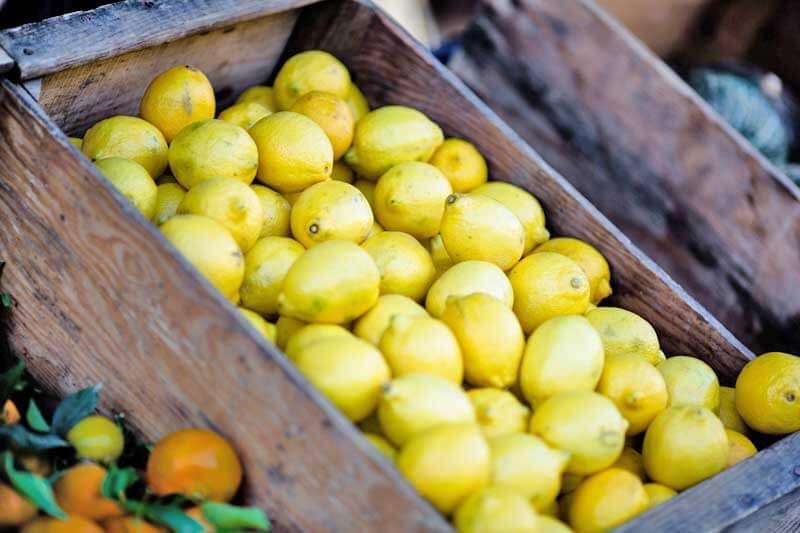 Für eine bessere Aufnahme von Eisen im Körper muss man Vitamin C zum Beispiel in Form von Zitronen zum Essen kombinieren.