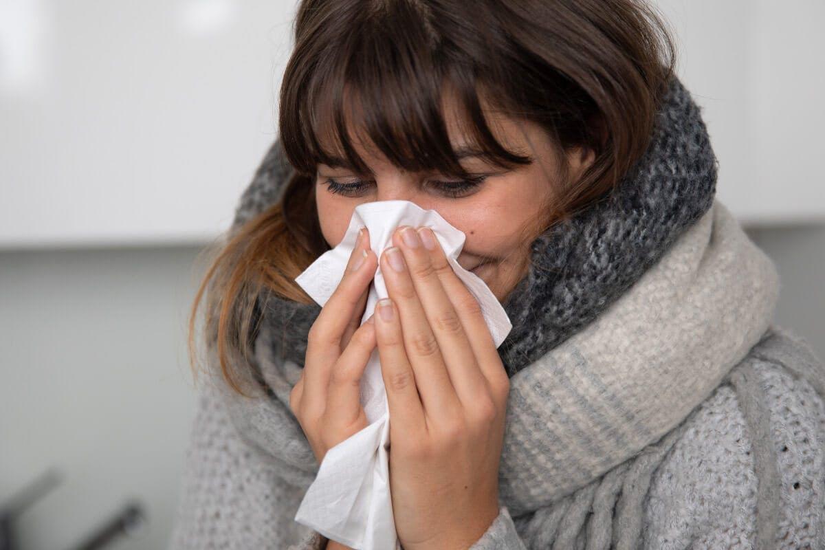 Bei Erkältungserscheinungen gibt es einige hilfreiche Hausmittel, die schnell zur Besserung beitragen können. Ein heißes Fußbad etwa kann eine schnellere Genesung unterstützen, indem es hilft, Atemwege freizumachen.