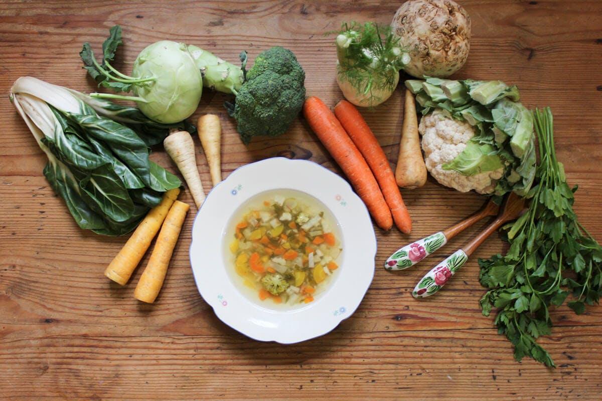 Eine Suppe mit frischem Wurzelgemüse ist gut für den Säure-Basen-Haushalt.