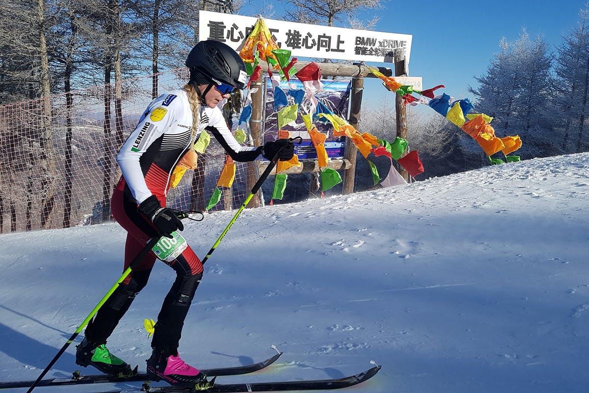 Der Aufstieg beim Skibergsteigen gelingt mithilfe von Fellen an den Skiern