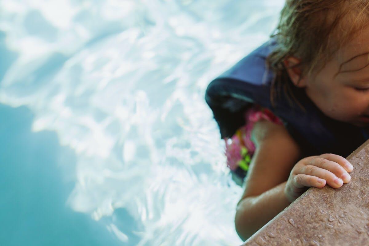 Kind lernt Schwimmen im Becken