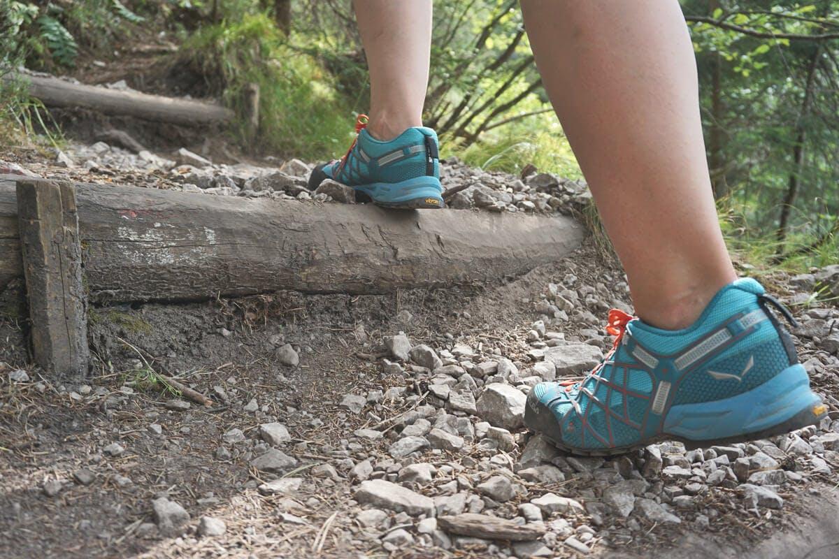 Wanderschuhe sollen eine gute Dämpfung haben und dem Fuß Halt und Stabilität geben, um somit auch auf weite Strecke keine Probleme mit den Gelenken zu bekommen.