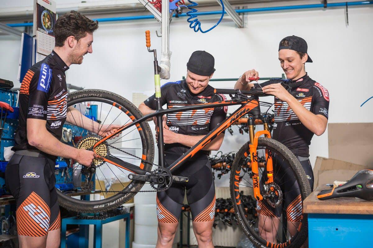 Das KTM Pro Team bei der Materialpflege