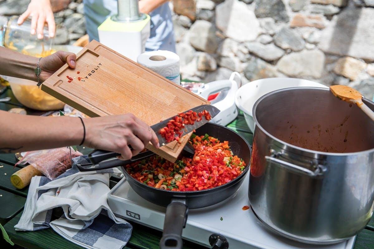 """Gebratene Karotten-""""Nudeln"""" mit Paprika-Nuss-Sauce"""