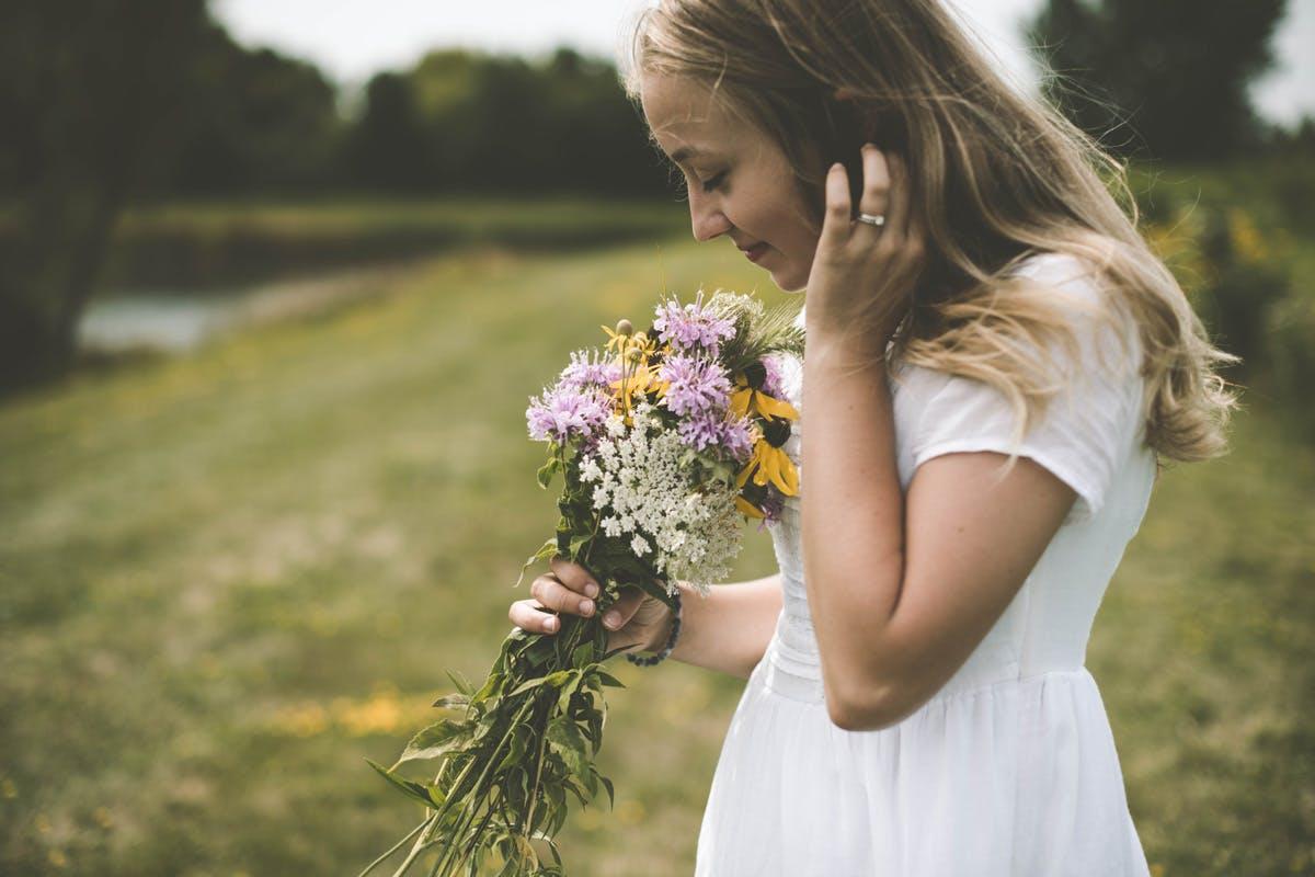 Probiotika-Mädchen riecht an Blumen