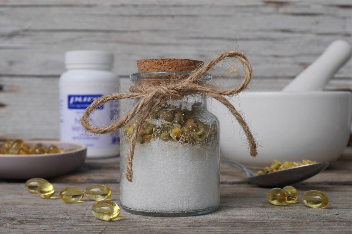 Badesalz selber machen: Mit Meersalz, Kräutern und ätherischen Ölen, Badesalz mit Kamille und Nachtkerzenöl
