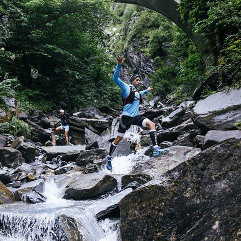 Trailrunning gilt als die neue Art zu laufen und führt oft über nicht gekennzeichnete Wege wie über Felsen.