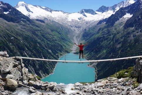 Wandern in den Zillertaler Alpen in Österreich bietet wunderschöne Aussichten