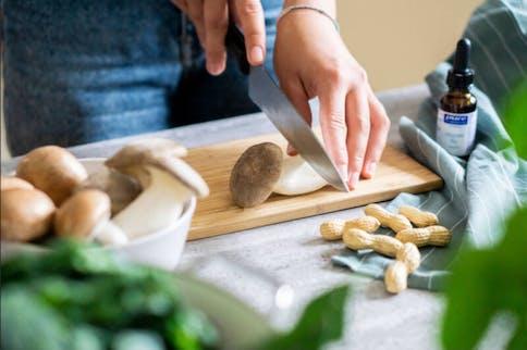 B Vitamine in der Nahrung und in Lebensmitteln wie Pilzen, Spinat und Erdnüssen