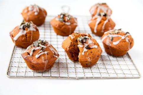 Die Kürbis-Muffins mit Birne sind eine gesunde Nascherei und noch dazu glutenfrei.