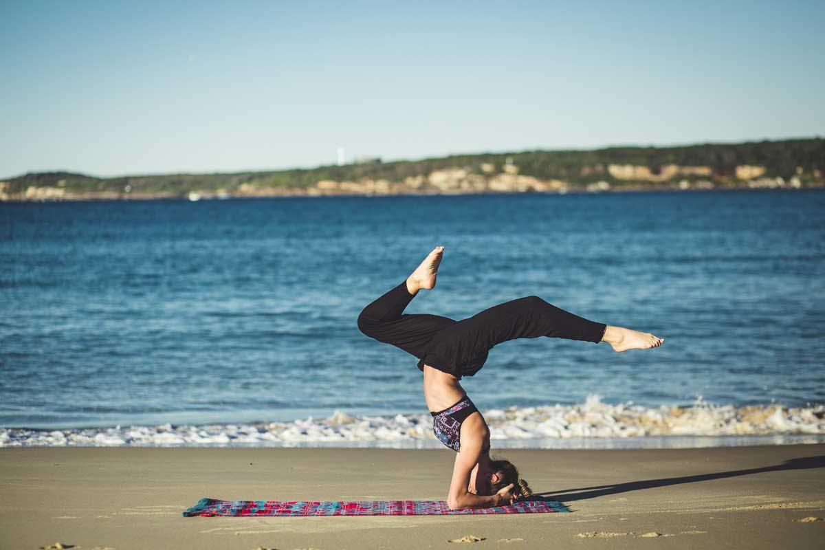 Yoga kann man auch abseits der Matte üben, zum Beispiel beim Bügeln, Haarföhnen oder beim Putzen.