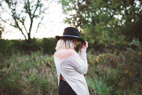Ein Hut schützt vor übermäßigen Sonnenstrahlen