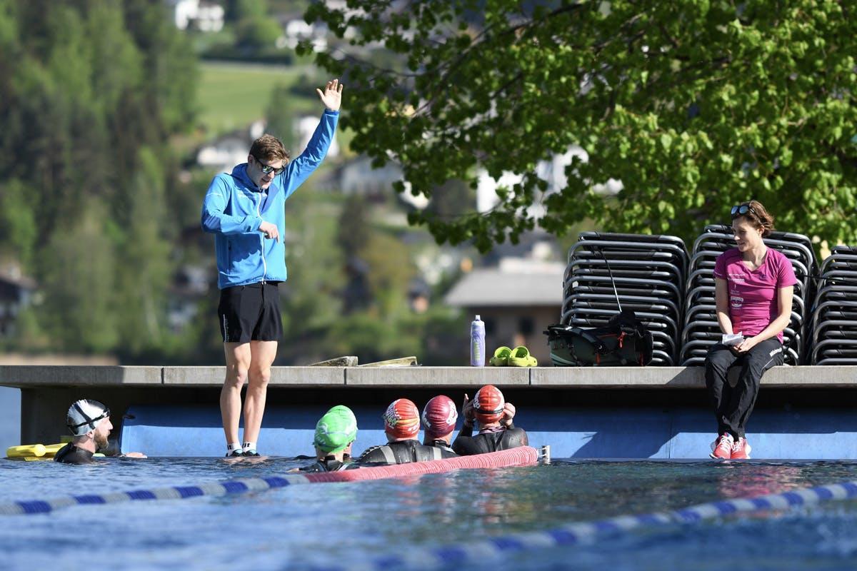 Triathloncamp Tagebuch Bild beim Schwimmtraining mit Trainer