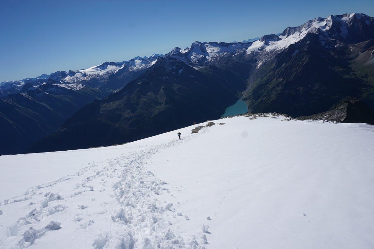 Wandern über Schneefelder im Zillertal