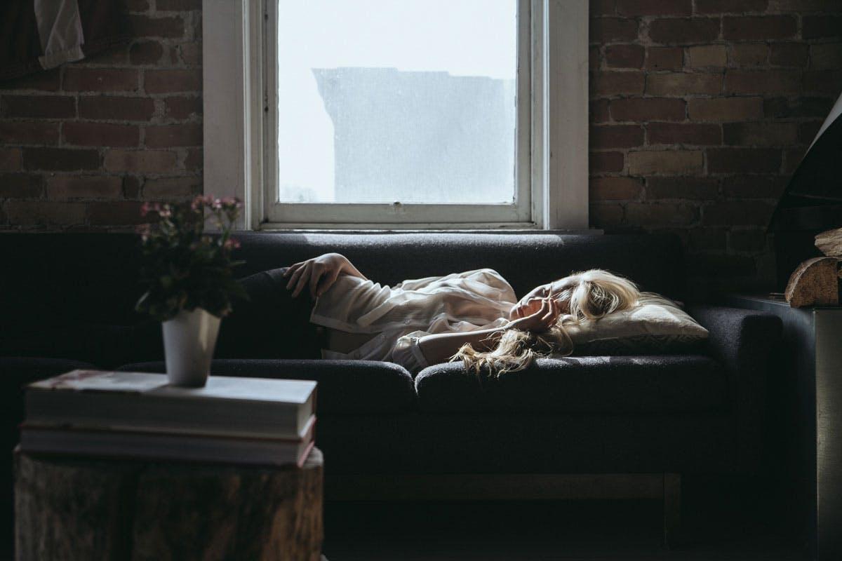 Der Powernap für zwischendurch auf der Couch