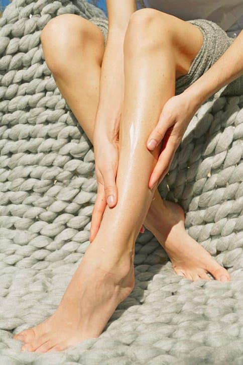 Mit der richtigen Pflege schmerzen Beine und Füße in der Hitze nicht so stark.