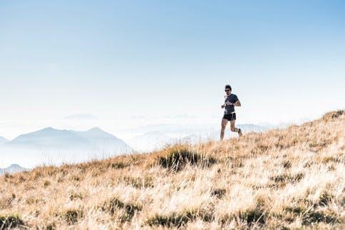 Laufmythen Läufer vor Bergkette