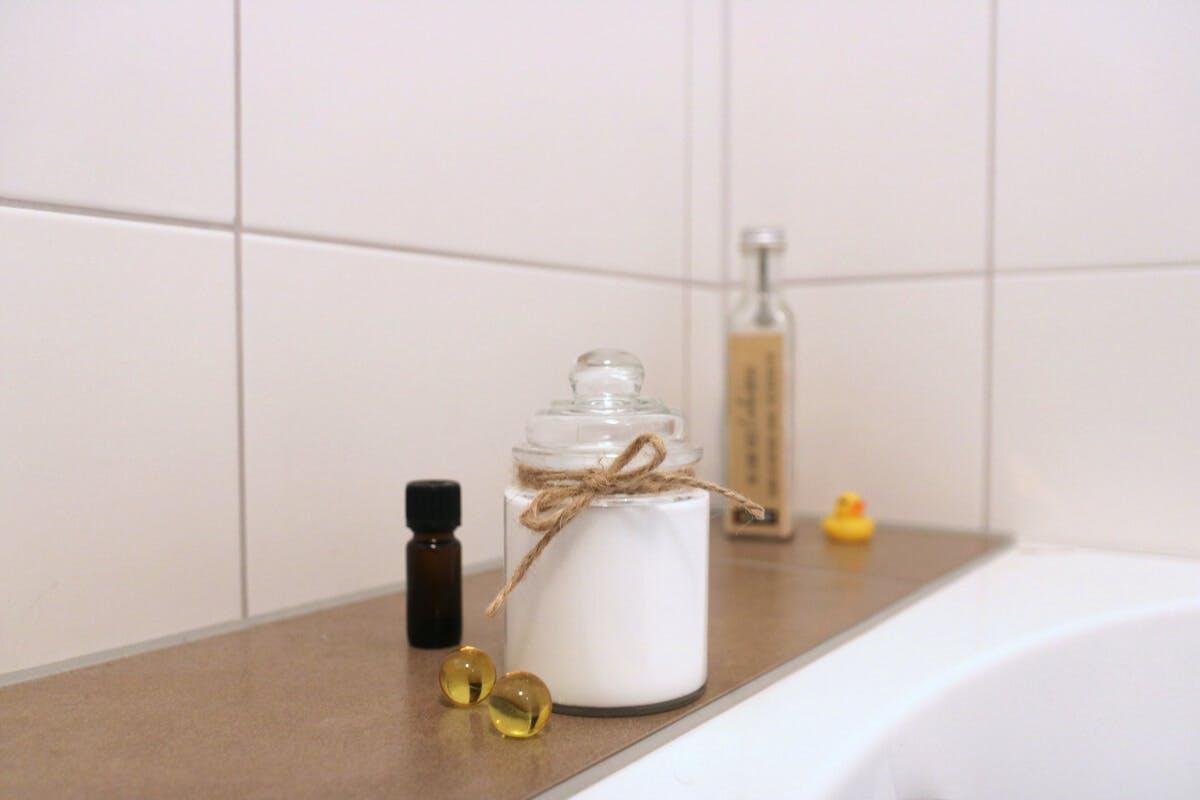 Körpercreme neben einer Badewanne