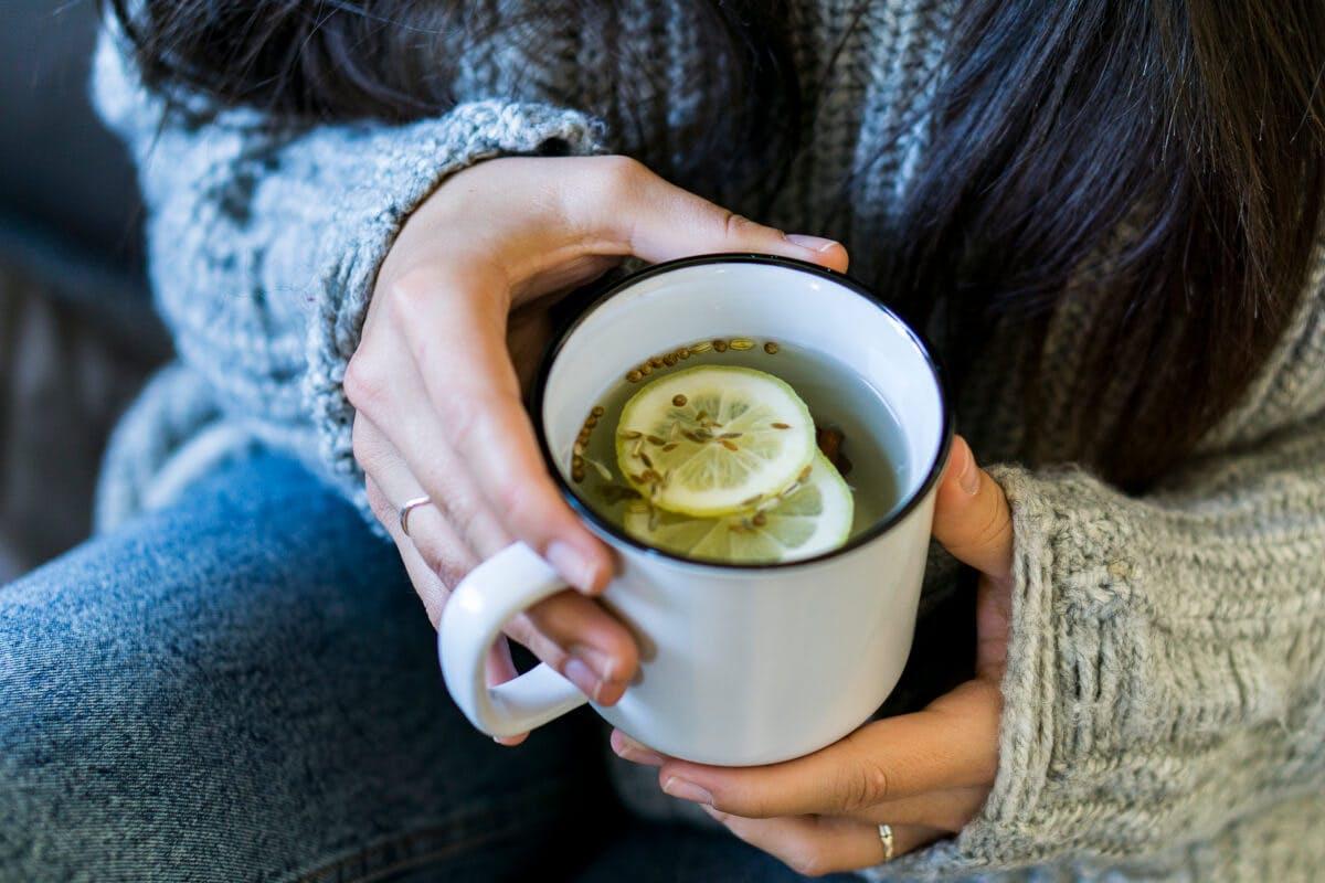 Grippe oder grippaler Infekt? Ein Hausmittel bei Erkältung: Tee mit Zitrone