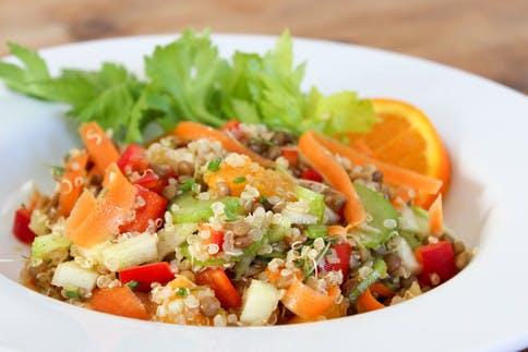 quinoa-salat-mit-basischem-gemuese-und-orangendressing