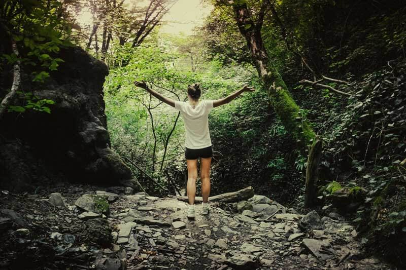 Frau macht Sport in der Natur