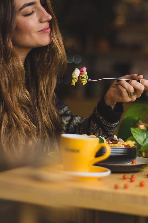 Low-Carb und ketogene Ernährung: Frau isst Kohlenhydrate