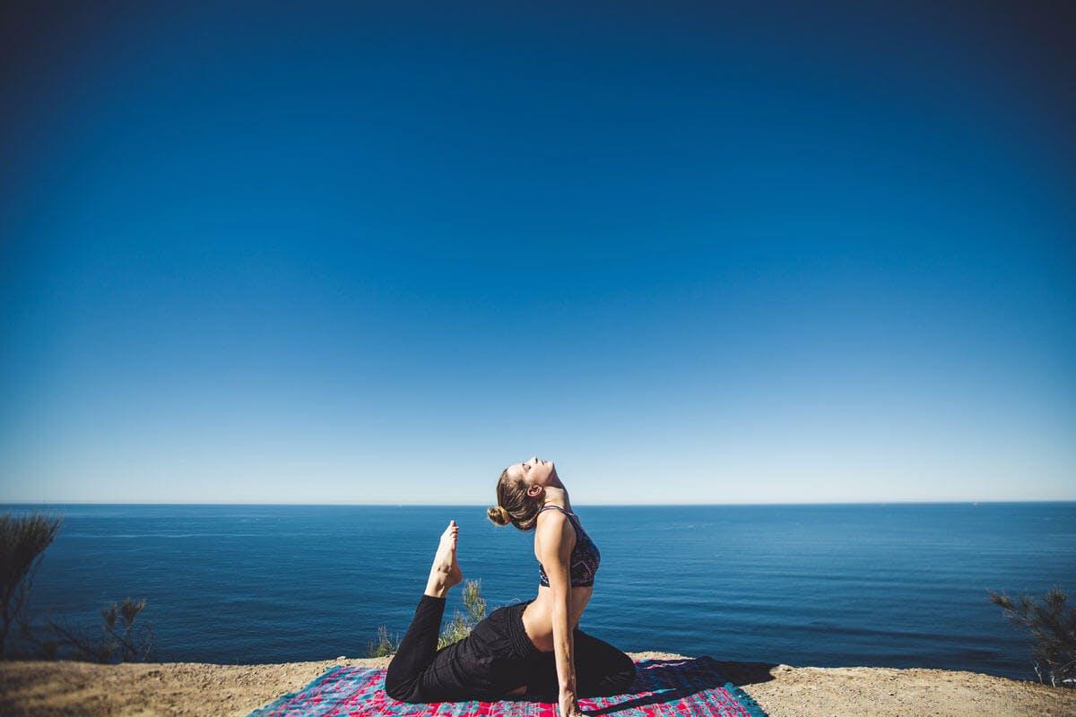 Yoga lässt sich mit einfach Tricks ganz einfach in den Alltag integrieren.