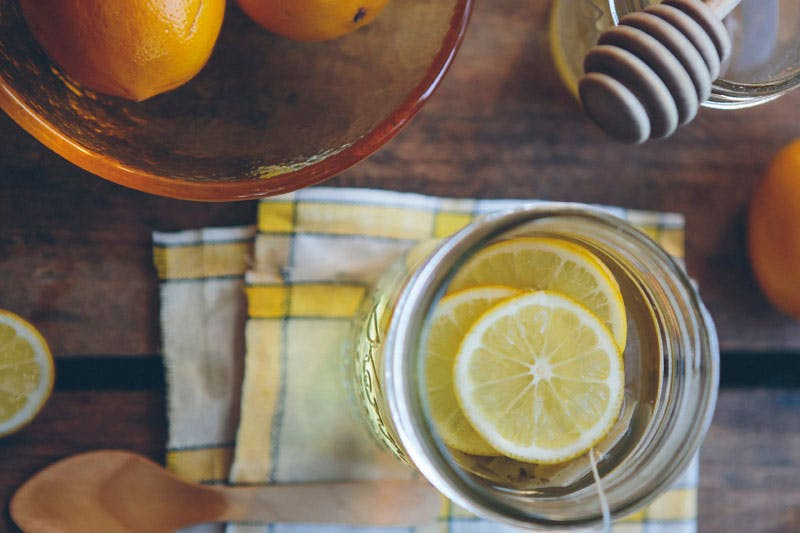 Lebensmittel, die Eisen entziehen, sollte man meiden - stattdessen unterstützend zu Zitrone greifen.