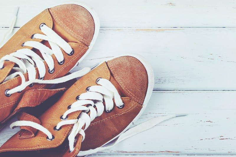 Bei geschwollenen Beinen in der Schwangerschaft am besten zu bequemen Schuhen mit flachen Absätzen greifen.