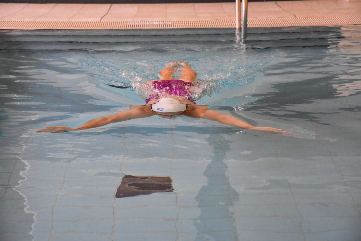 Beim Armzug soll der Kopf unter Wasser sein